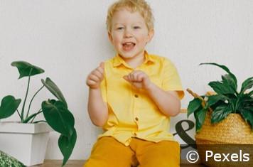 Kind mit Zimmerpflanze mit c