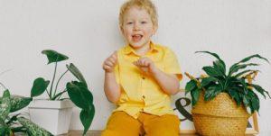 Kind mit Zimmerpflanze Anna Shvets