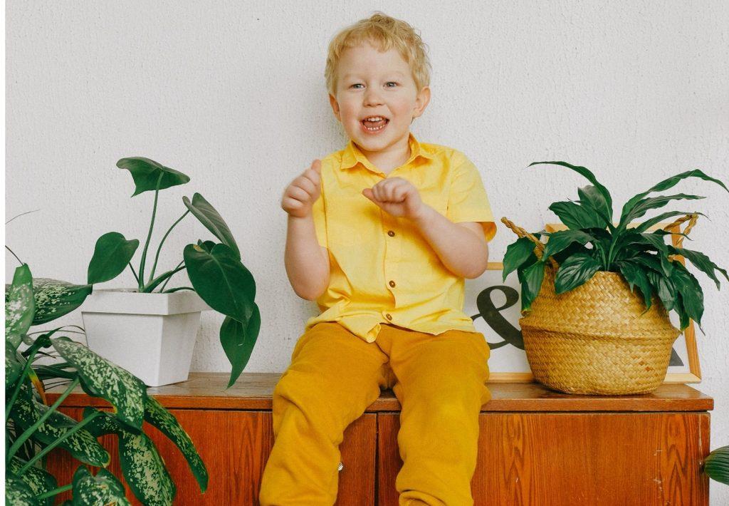 Kind mit Zimmerpflanzen_Anna Shvets