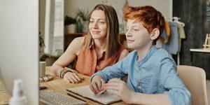 Erwachsene und kind vor Bildschirm startseite freizeit