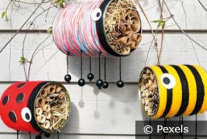 Bunte Insektenhotels aus Konservendosen