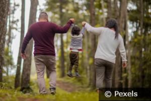 Eltern mit Kind im Wald c
