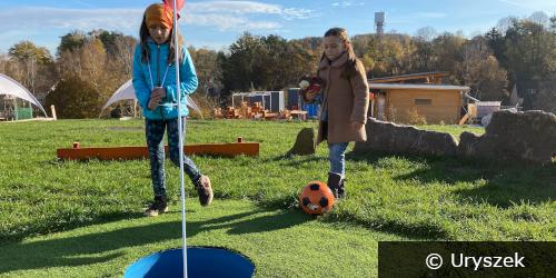 Zwei Mädchen an einem Golfloch