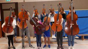Menschen halten Musikinstrumente